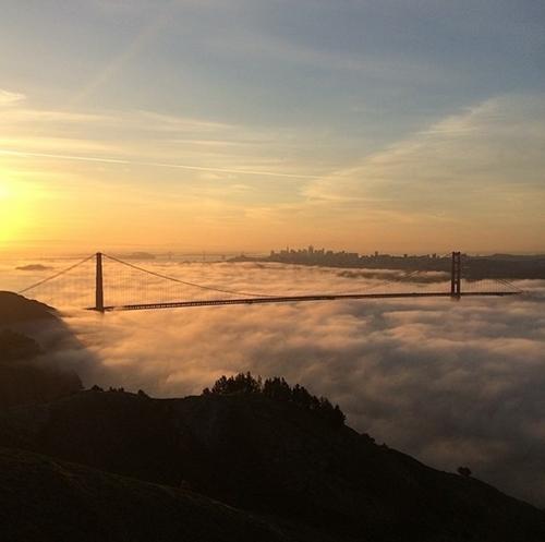 Cầu Cổng Vàng (thành phố California) là cây cầu treo nổi tiếng được xây dựng từ những năm đầu thập niên 30 của thế kỉ trước. Vào những buổi hoàng hôn, cầu Cổng Vàng như một dải lụa vàng óng ánh ẩn hiện trong nắng.
