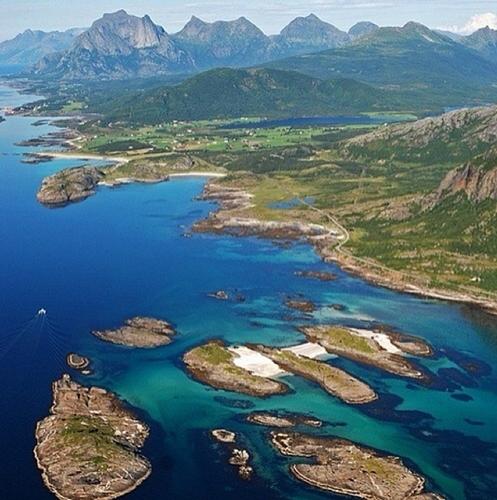 Nhìn từ trên cao xuống, khung cảnh đất nước Na Uy trở nên hùng vĩ, tráng lệ với những ngọn núi nhấp nhô cao thấp bên cạnh dòng sông xanh biếc.