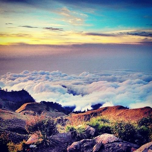 Núi lửa Batur ở độ cao 1700 m so với mực nước biển nằm trên hòn đảo Bali (Indonesia) xinh đẹp. Leo núi, chụp ảnh, cắm trại, khám phá cuộc sống hoang dã... là những trải nghiệm khó quên khi bạn đặt chân đến nơi đây