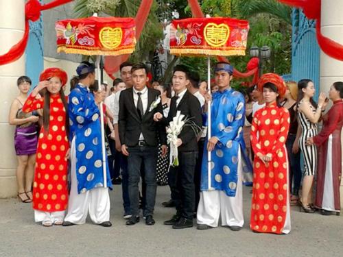 Nguyễn Trường Vinh (áo đen bên trái), Nguyễn Quốc Dũng (áo đen bên phải) chụp ảnh cưới