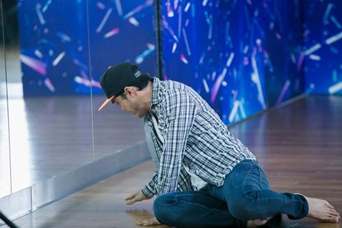 Nhiều khi đang tập luyện những động tác khó, anh có lúc ngã xuống vì cơn đau kéo đến.