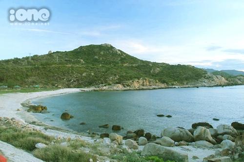 Một góc đảo Bình Ba đẹp nhẹ nhàng với bãi đá tự nhiên.