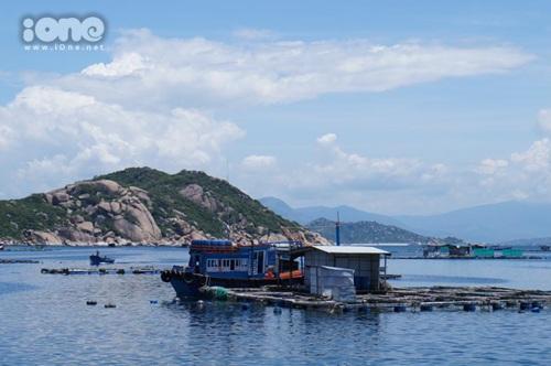 Làng bè ven biển với những người dân địa phương thân thiện và hiếu khách.
