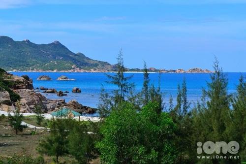 Biển xanh, cát trắng và núi rừng hoà vào nhau tại đảo Bình Ba xinh đẹp.
