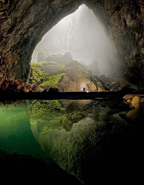 Hang Sơn Đoòng: thuộc Vườn quốc gia Phong Nha  Kẻ Bàng (tỉnh Quảng Bình) là hang động lớn nhất thế giới, thạch nhũ đẹp nhất, sông ngầm trong hang dài nhất...