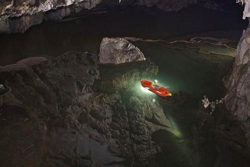 Du khách chỉ có một cách duy nhất để vảo trong hang là đi thuyền bè bởi bên trong hang có con sông Nậm Lang chảy qua. Hang động ở miền Bắc Thái Lan là nơi cư trú của hàng trăm ngàn con chim yến Thái Bình Dương.