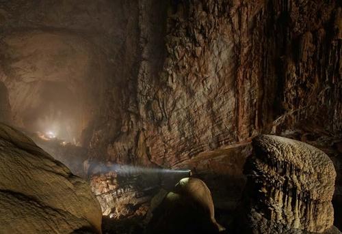 Hang Sơn Đoòng được một người dân địa phương phát hiện lần đầu năm 1991, nhưng mãi đến khi đoàn thám hiểm đoàn thám hiểm Hiệp hội Hang động Hoàng gia Anh khảo sát vào năm 2009 thì nơi đây mới được nhiều người biết đến. Ảnh: Những khối măng đá khổng lồ nằm trong lòng hang có thể cao tới 40m.