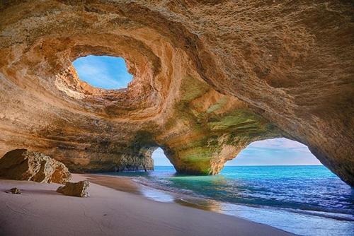 Hang động Algarve: hình thành do tác động bào mòn đá của sóng biển. Điểm tham quan nổi tiếng này nằm bên bờ cát trắng mịn, thanh bình ở cực nam Bồ Đào Nha.