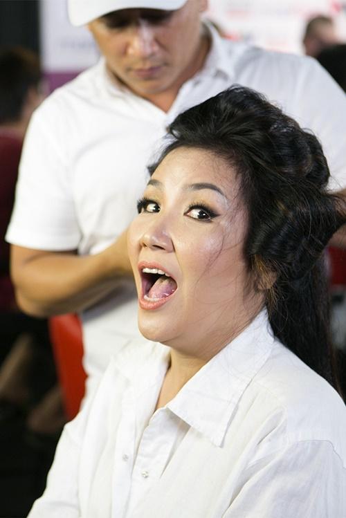 Không ngủ quên trên chiến thắng sau 2 lần đoạt giải nhất tuần, Ngân Quỳnh vẫn luyện tập hăng sau những động tác vũ đạo nóng bỏng bắt mắt để hóa thân thành Lưu Bích với bài hát Tình xót xa đầy quyến rũ.