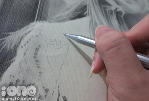 Để bức tranh càng chân thật, Sơn Tùng đầu tư chăm chút các chi tiết phụ như họa tiết trên áo, phông nền...