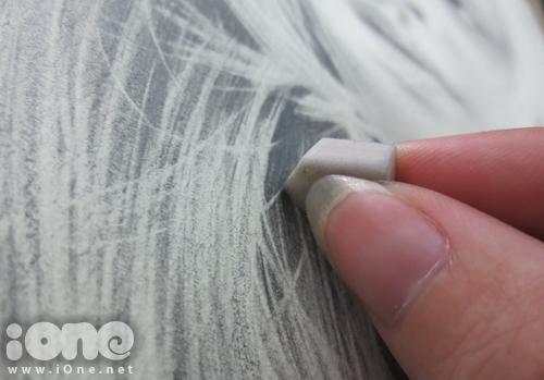 Tiếp tục sử dụng tẩy để vẽ các sợi tóc không vào nếp giúp mái tóc trông tự nhiên hơn. Đến đây, phần tóc của nhân vật đã được hoàn thành. Cuối cùng, Sơn Tùng thực hiện những tiểu tiết còn lại của bức tranh.