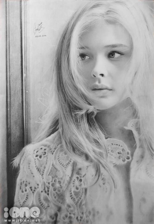 Hãy cùng iOne soi cận cảnh quá trình vẽ chân dung diễn viên người Mỹ Chloë Grace Moretz của Sơn Tùng để biết câu trả lời cho thắc mắc có phải những bức tranh truyền thần sống động như ảnh chụp đều được cậu bạn này vẽ tay 100%.