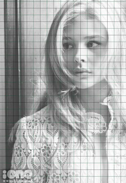 Bức tranh này được vẽ trên loại giấy Galgo với kích thước chiều dọc 27 cm và chiều ngang 40 cm. Bước đầu tiên, Sơn Tùng chuyển hình ảnh gốc của nhân vật sang dạng màu trắng đen và dựng một hệ lưới gồm nhiều ô vuông nhỏ.