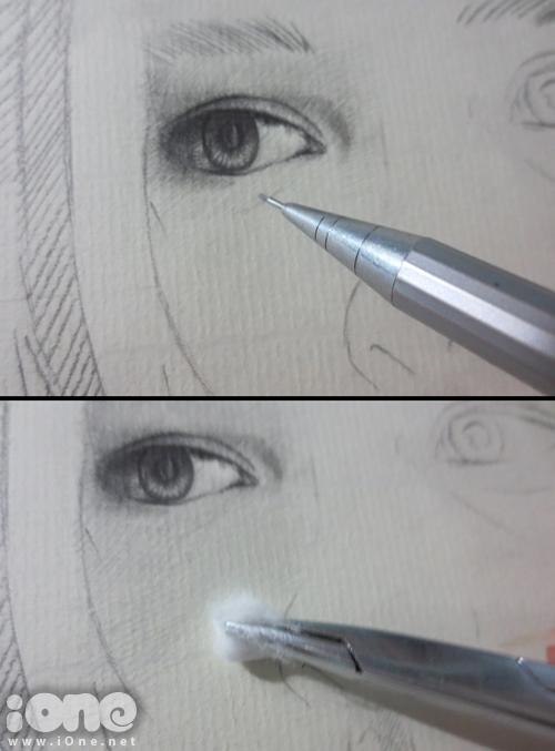 Sau đó, dùng bút chì đan nét tạo sắc độ sơ bộ và sử dụng bông xoa nhẹ lên phần chì để tạo độ mịn cho những chi tiết này. Bí quyết để những bức tranh của Sơn Tùng đều có bề mặt chì mịn màng là bông phải được xoa dọc theo gân giấy.
