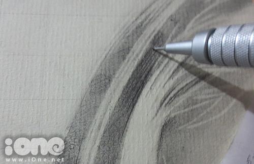 Thực hiện song song công đoạn tẩy tóc và nhấn thêm những phần tối.