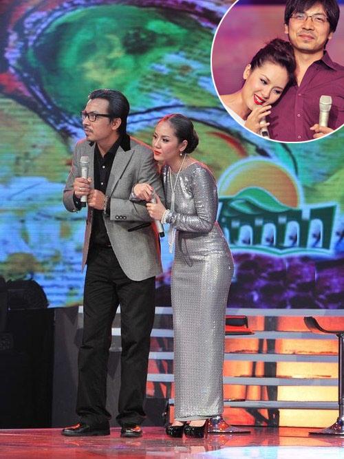 Hai nhân vật gây sốt trong Cặp đôi hoàn hảo mùa đầu Cù Trọng Xoay (trái) và Phương Linh cũng làm xấu mình bằng hình ảnh của ông cụ, bà cụ để thể hiện bài hát Những phút giây qua. Dù hóa trang cho già đi, cặp đôi vẫn khiến các fan