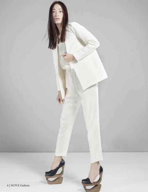 Trong loạt ảnh này, Trang Khiếu diện những trang phục đơn giản có gam trắng chủ đạo, kết hợp những đôi giày được thiết kế lạ mắt.