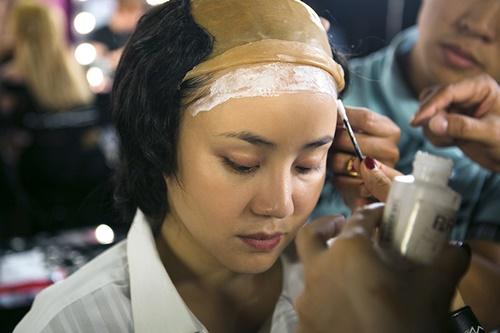 Vy Oanh trong vai Trịnh Công Sơn với bài hát Một cõi đi về. Đến với nhân vật này, Vy Oanh dũng cảm làm xấu mình đi khi hóa thân thành nhạc sĩ đại tài Trịnh Công Sơn với mái tóc lưa thưa để lộ vầng trán cao.
