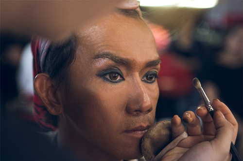 Minh Thuận thành ca sĩ Tina Turner với bài hát Proud Mary. Để chuẩn bị cho phần trình diễn thật tốt, anh chuẩn bị tinh thần phải hóa trang thành một cô ca sĩ da màu cá tính với mái tóc vàng có phần hơi rối bời phá cách.