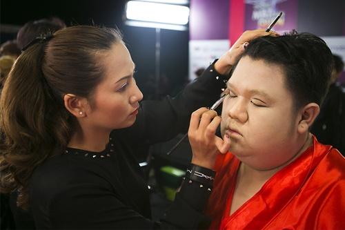 Vương Khang sẽ hóa thân thành Yến Trang trình diễn bài hát Taxi do Sỹ Luân sáng tác. Anh đầu tư đi may bộ váy đỏ quyến rũ nhiều lớp với 100 mét vải để trình diễn.