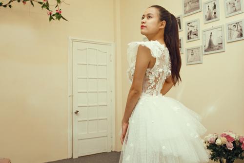 Hôm qua, nữ ca sỹ đã có buổi thử trang phục tại showroom của nhà thiết kế