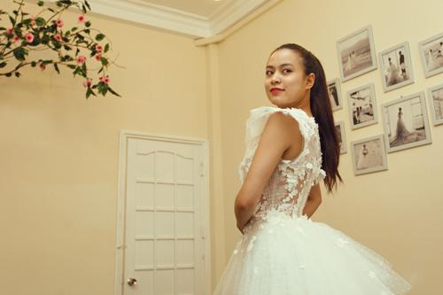 ren kết hợp với voan trắng được thiết kế theo kiểu dáng váy cưới khá đẹp mắt và sang trọng, với phần thân váy có thể tháo rời, khá phù hợp cho phần biểu diễn của Hoàng Thùy Linh trên sân khấu.