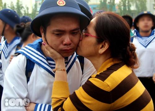 Bác Quang Thị Ngọc Nga (55 tuổi) hôn tạm biệt cậu bạn Hồ Quang Phúc (22 tuổi) và chúc con hoàn thành tốt nhiệm vụ.
