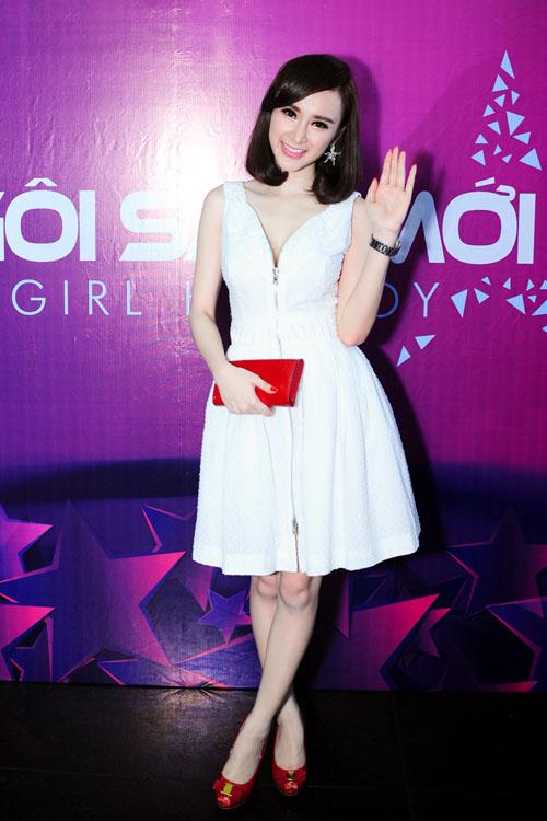 Xuất hiện trong một cuộc thi dành cho hot boy, hot girl với vai trò giám khảo, Angela Phương Trinh chọn phong cách