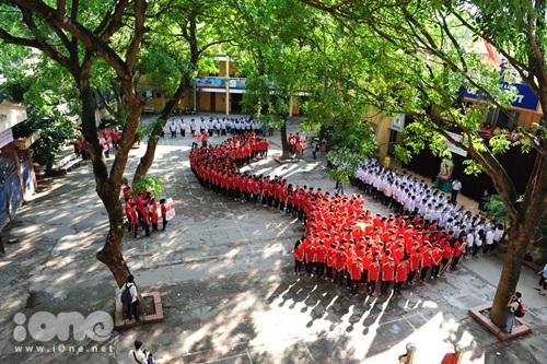 Teen Kim Liên vừa có buổi chào cờ và xếp hình đất nước chiều 19/5.