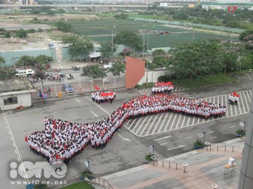 Trong sáng 19/5, hơn 700 Teen Ams đã cùng xếp hình đất nước hình chữ S cùng đầy đủ các quần đảo