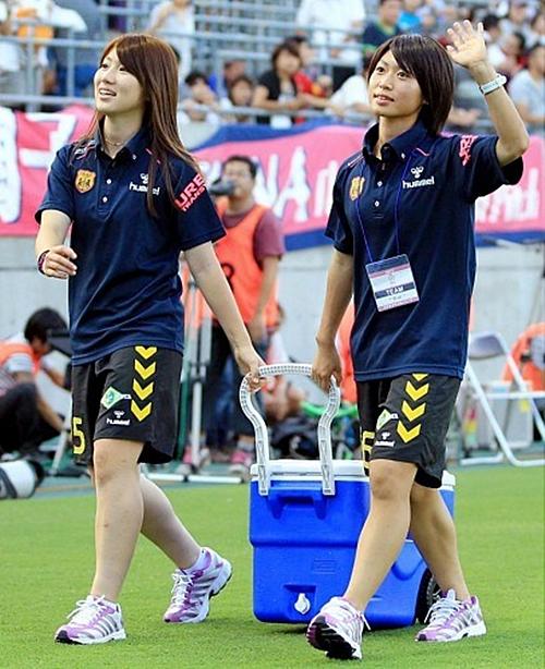 Dù mất nhiều sức cho mỗi trận đấu nhưng lúc nào gương mặt của Ayu Nakada cũng toát lên vẻ thanh tú, vui tươi. Nhiều người hâm mộ so sánh vẻ đẹp của cô gái này không khác gì một diễn viên nổi tiếng.