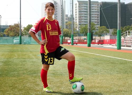 Ayu Nakada làm quen với trái bóng từ khi đang học cấp 2. Một thời gian sau, tài năng của cô gái trẻ này được huấn luyện viên phát hiện và bắt đầu cho tham gia thi đấu chuyên nghiệp.