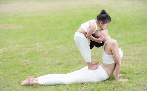 Cặp đôi vừa thực hiện bộ ảnh Yoga với trang phục và