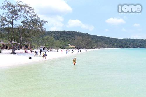 Phía trước Koh Rong là vịnh Saracen bình yên với những đợt sóng lăn tăn vào bờ.