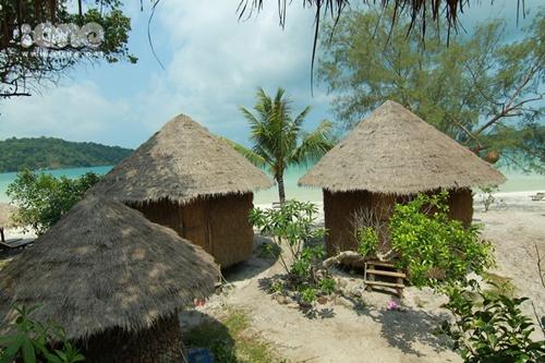 Những bungalow nhỏ xinh thế này có giá dao động từ 5$  45$ với cửa sổ be bé nhìn ra biển mênh mông và xanh ngút mắt.