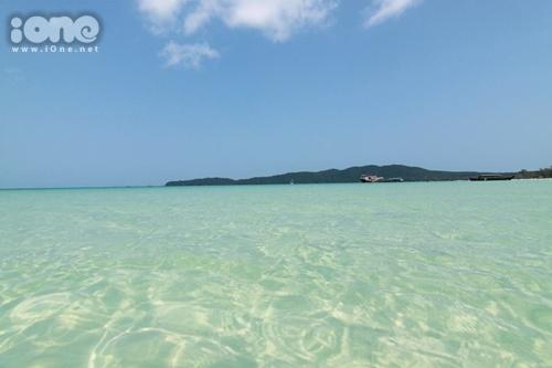 Do chưa được nhiều người biết đến nên Koh Rong vẫn giữ cho mình vẻ đẹp nguyên sơ của biển nước trong xanh và bãi cát trắng phau.