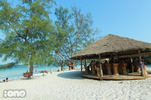 Những quán rượu nho nhỏ nằm bên bãi biển sẽ là nơi lý tưởng để bạn thưởng thức 1 ly cocktail mát lạnh hoặc những loại trái cây nhiệt đới thơm ngon.
