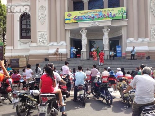 Hoà nhạc cùng dàn nhạc dân tộc tại tiền sảnh của Nhà hát thành phố. Ảnh: Gà Con.