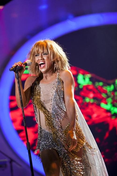 Minh Thuận mở màn xuất sắc với phần hóa thân thành Tina Turner thệ hiện ca khúc Proud Mary trong chương trình Gương mặt thân quen tuần thứ 8. Sự xuất hiện của anh trên sân khấu làm khán giả ngỡ ngàng, phấn khích vì màn trình diễn quá giống với cô ca sĩ da màu bốc lửa. Nam ca sĩ gần như mất ngủ 6 đêm để làm cho xong bộ trang phục rất đặc biệt đậm chất Tina Turner.