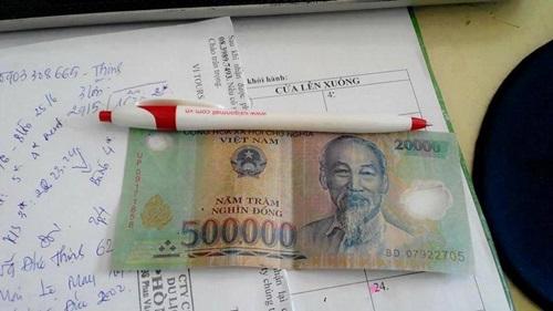 Tờ tiền y như thật được ghép từ tờ 500k và 20k. Ảnh: FB