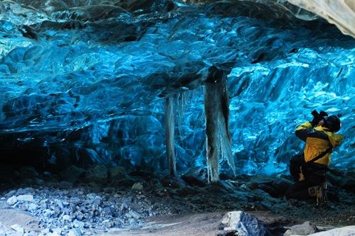 Vẻ đẹp lung linh của một hang băng ở Iceland.