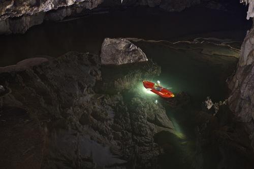 Bơi thuyền trong hang động Tham Lod (Thái Lan) là một trải nghiệm đáng nhớ cùng dòng nước mát lạnh in bóng khối nhũ đá triệu năm tuổi.
