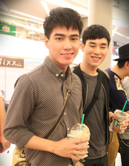 Cặp đôi trong một sự kiện truyền thông được tổ chức tại trung tâm thương mại ở Bangkok.