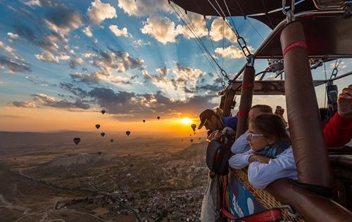 Ngắm nhìn cảnh vật từ khinh khí cầu tại Cappadocia (Thổ Nhĩ Kỳ).