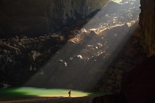 Hang Én thuộc tỉnh Quảng Bình (Việt Nam), được phát hiện vào năm 1994 bởi đoàn thám hiểm thuộc Hiệp hội hang động Hoàng gia Anh, là hang lớn thứ 3 thế giới sau hang Sơn Đoòng (Việt Nam) và hang Deer (Malaysia).