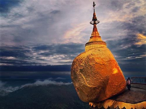 Chùa Đá Vàng nằm trên đỉnh ngọn núi Kyaiktiyo cao 1.100m. Thánh tích này được xây dựng vào năm 574 trước công nguyên và được xem là một trong những địa danh linh thiêng độc đáo nhất Châu Á.