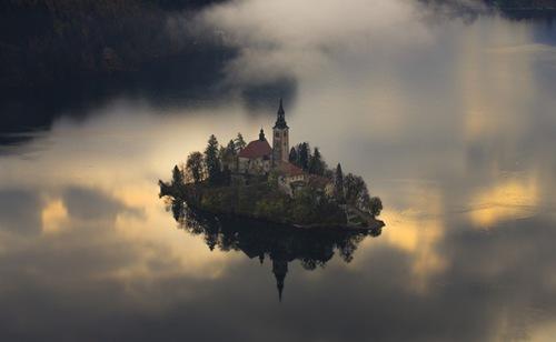 Hòn đảo có mật độ dân số cao nhất thế giới toạ lạc tại hồ Bled (Slovenia).