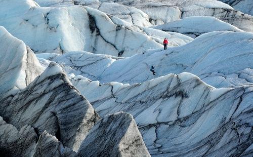 Những núi đá kì vĩ được bao phủ bởi băng tuyết tại Vatna Glacier (Iceland).