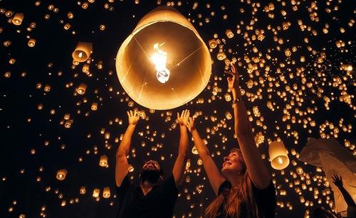 Lễ hội hoa đăng Yi Peng được tổ chức vào đêm rằm tháng 12 theo lịch Thái (khoảng tháng 11 dương lịch) tại Chiang Mai, miền Bắc Thái Lan.