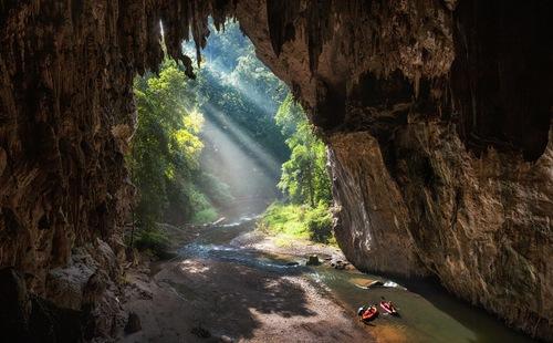 Hang động Tham Lod là một trong những hang động cổ xưa nhất Thái Lan, tại thành phố Pang Mapha. Vẻ đẹp nơi đây được tạo nên bởi những thạch nhũ tuyệt đẹp hình thành qua hàng triệu năm bị nước và gió bào mòn.